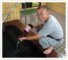 館主が日本酒を入れる.jpg